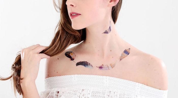idée tatouage femme, blouse blanche avec manches tombantes pour femme, tatouage en couleurs à motifs plumes