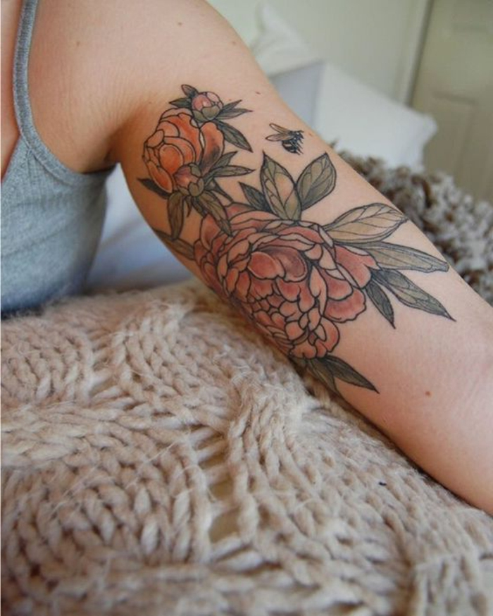 tatouage fleur, jolies pivoines et petite abeille volante, tatouage bras, tatouage symbole de la beauté et du bonheur