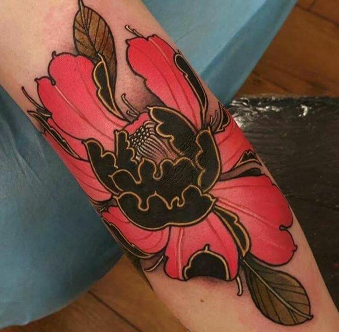tatouage fleur, tatouage en rouge et noir, pivoine énigmatique tatouée sur le bras