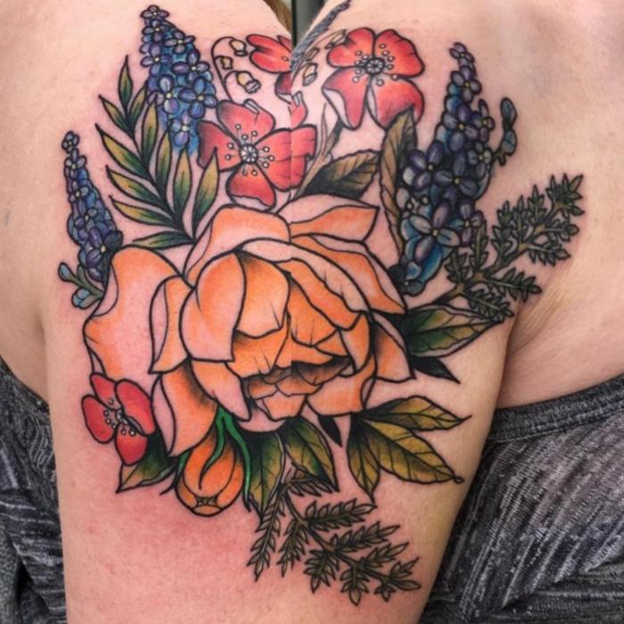 tatouage fleur, bouquet de fleurs avec pivoines, hyacinthe et coquelicots, tatouage épaule multicolore