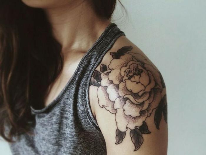 tatouage fleur, tatouage femme monochrome, épaule tatoué avec dessin floral