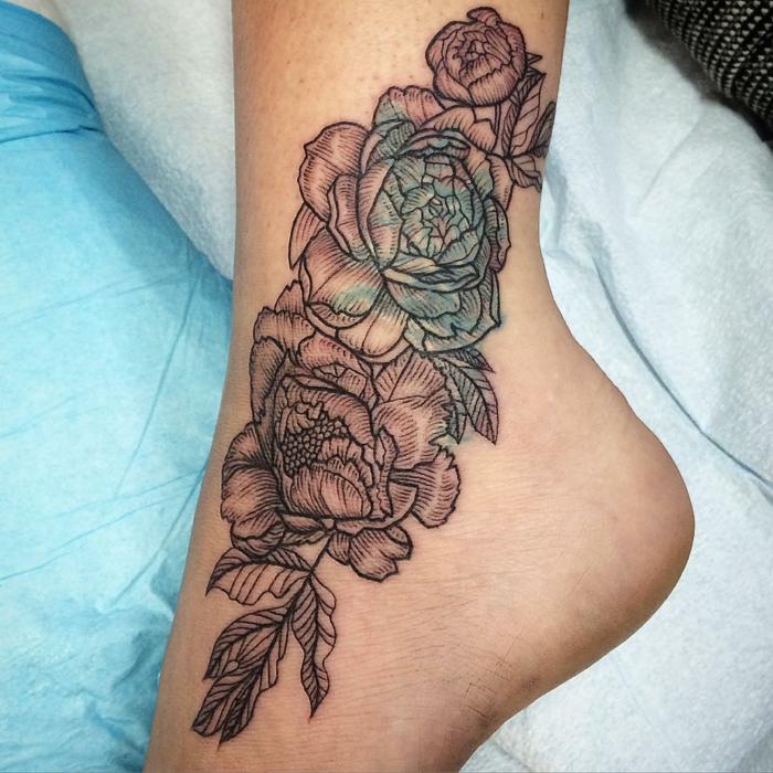 tatouage fleurs, technique intéressante, tatouage à la cheville magnifique avec minimum de couleurs