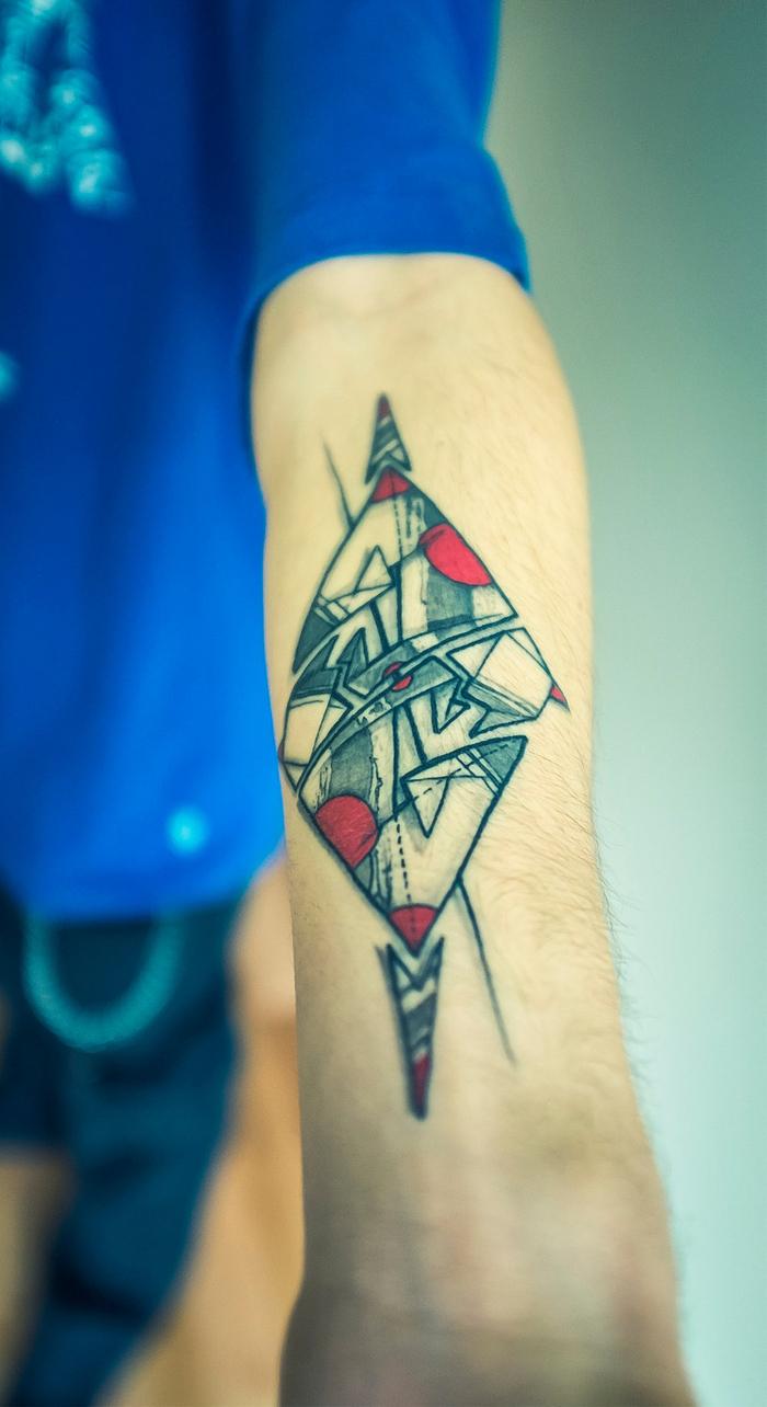 idée originale pour un tatouage avant bras homme avec dessin graphique à motif origami