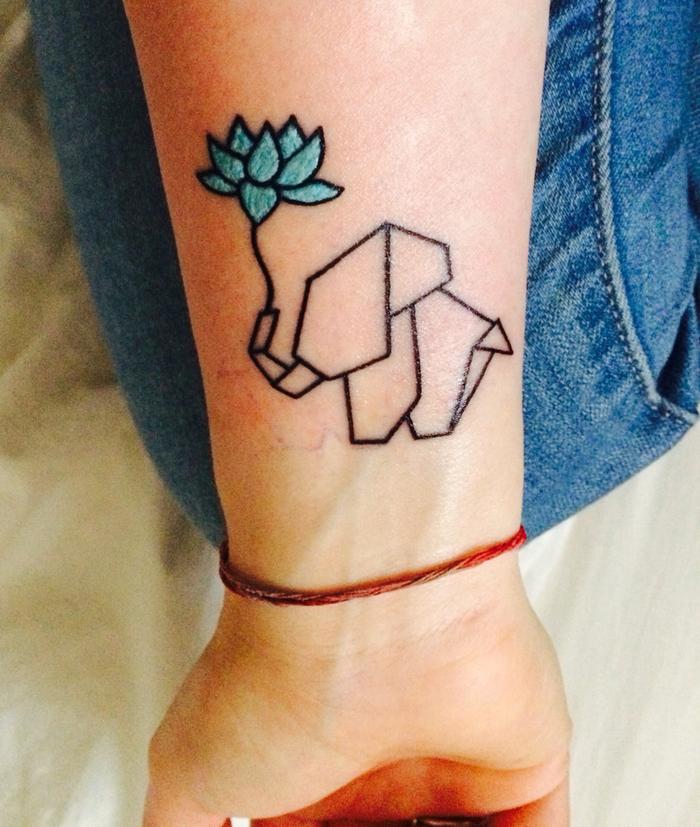 petit éléphant graphique tenant un lotus avec sa trompe, idée originale pour un tatouage avant bras femme