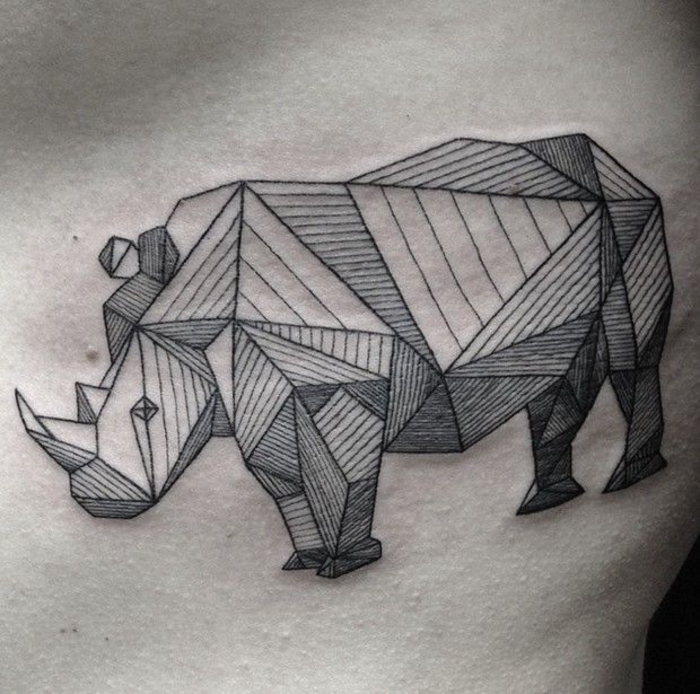la perfection des lignes du tatouage géométrique rhinocéros rappelle les animaux origami