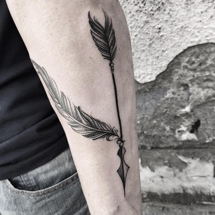plume tatouage, look masculine avec t-shirt noir et jeans gris foncé, tatouage sur le bras design plume