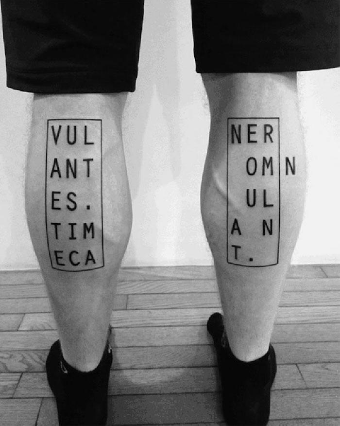 tatouages mollets homme style tattoo géometrique rectangulaire phrase