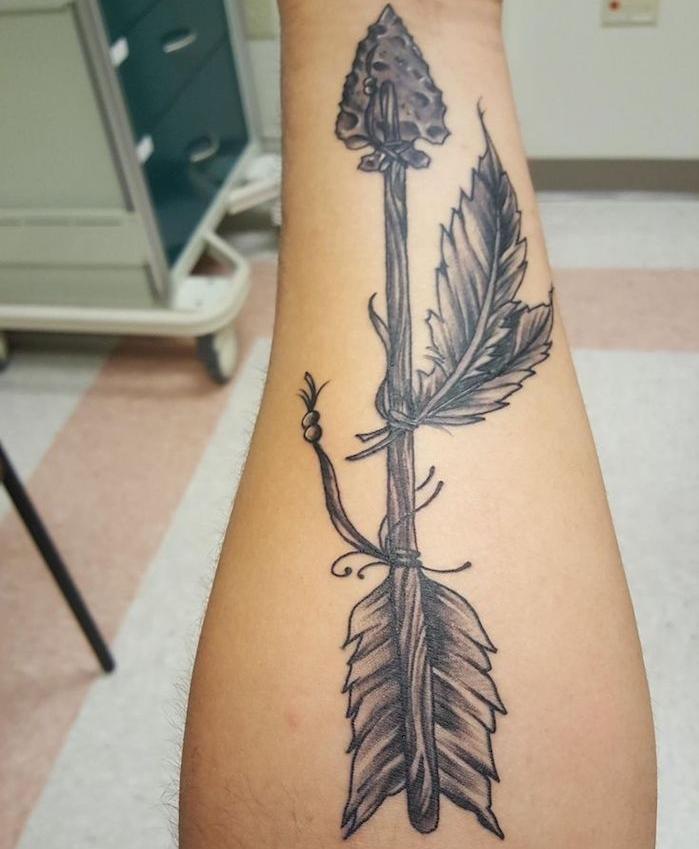 plume tatouage, dessin sur la peau à design flèche et plumes, tatouage pour homme sur le bras