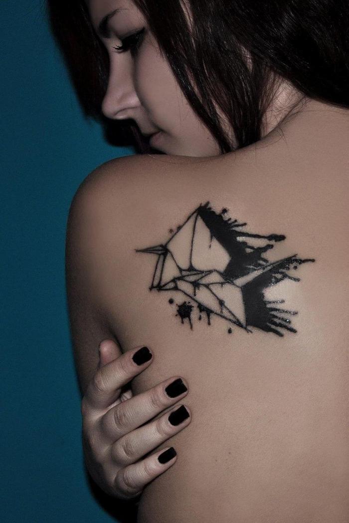 un tatouage japonais inspiré de la grue origami dessiné à l'encre noire sur l'épaule