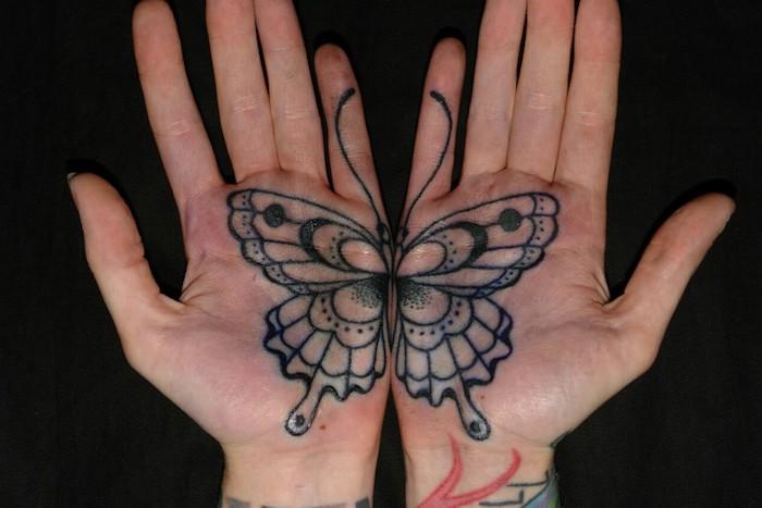 dessin tatouage, mains et doigts féminins avec tatouage à motifs papillon noir