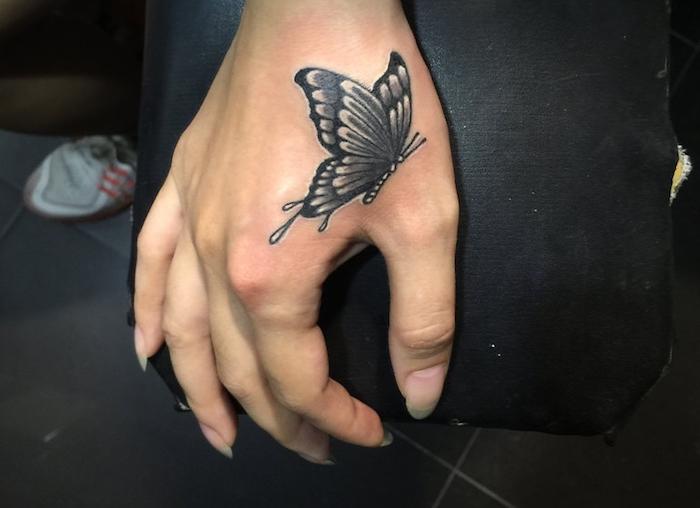 tatouage papillon 3d, dessin en encre sur la peau, tattoo à design féminin en blanc et noir