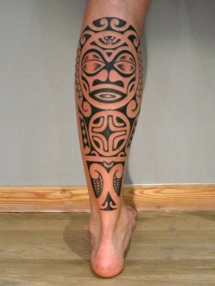 tatouage maorie mollet homme tribal polynesien masque