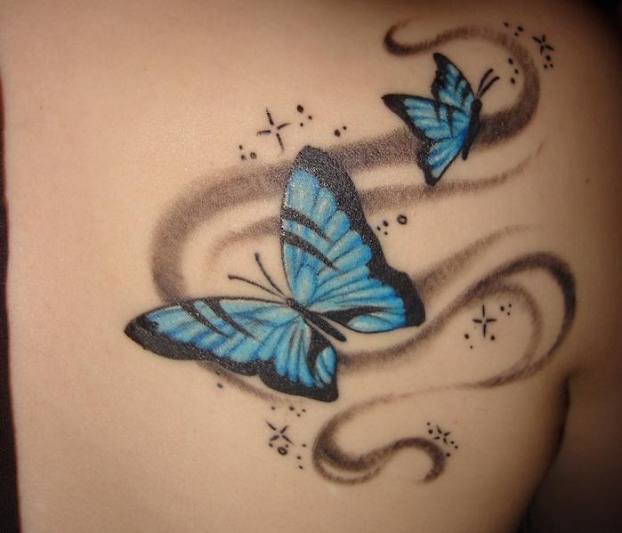 tatouage papillon 3d, idée tattoo pour femme, dessin en bleu et noir sur le dos