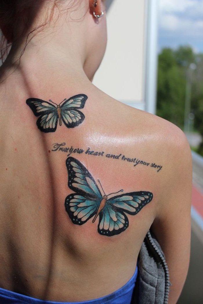 idée tatouage, coiffure cheveux attachés, piercing oreille pour femme, tatouage sur le dos à motifs papillons bleus