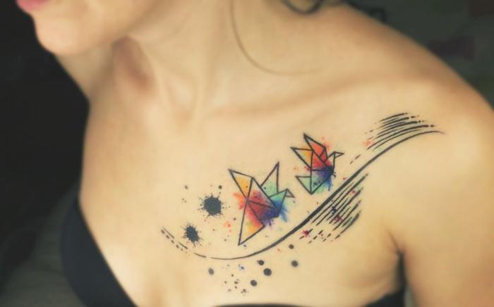 un tatouage aquarelle poétique représentant deux grues s'envolant