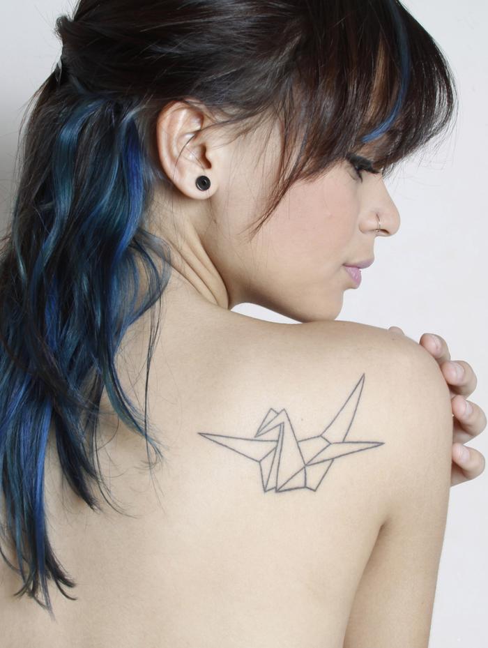 design simple et épuré d un tatouage géométrique représentant une grue en origami