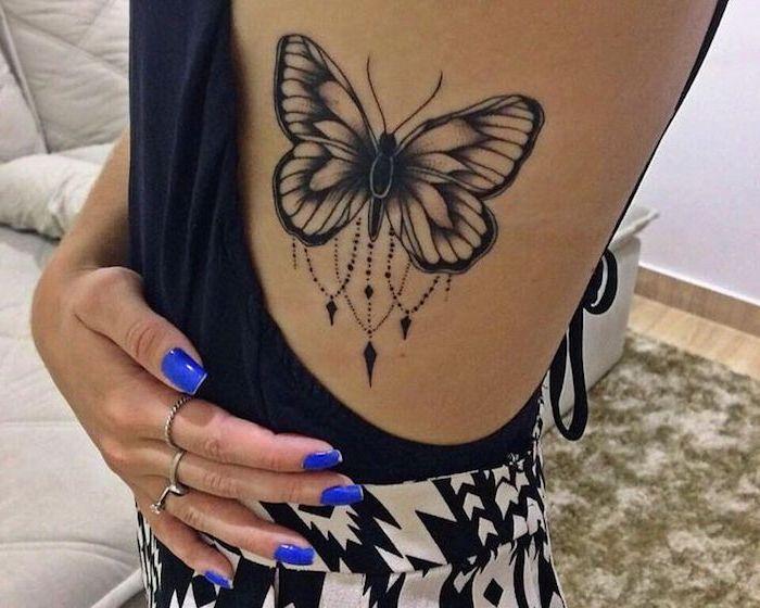 modele tatouage, dessin sur le corps, tatouage à design papillon bijoux, manucure bleu