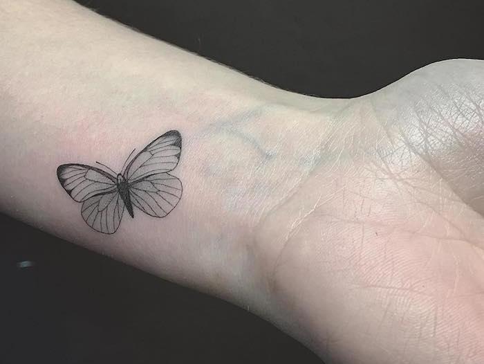 tatouage main femme, petit dessin en encre avec motifs papillons, tatouage délicat sur le poignet