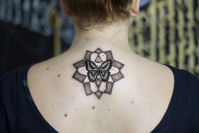 femme tatoué, dessin en encre sur la peau à motif papillon, tatouage design mandala papillon