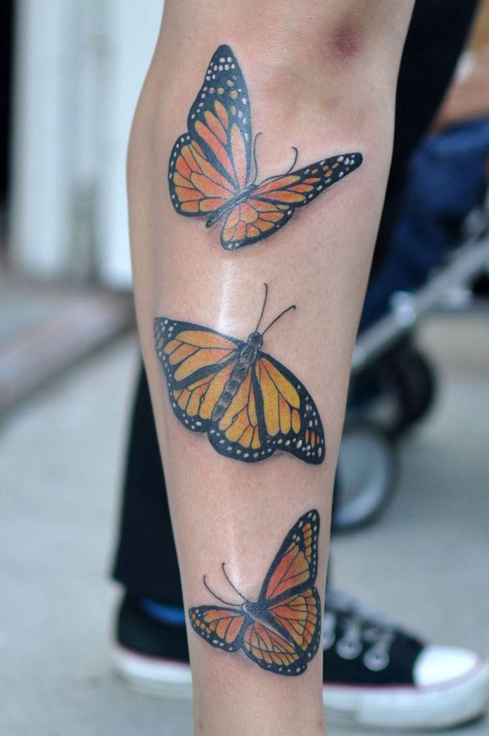 papillon tatouage, idée dessin sur la peau en couleur, papillons monarques sur la jambe