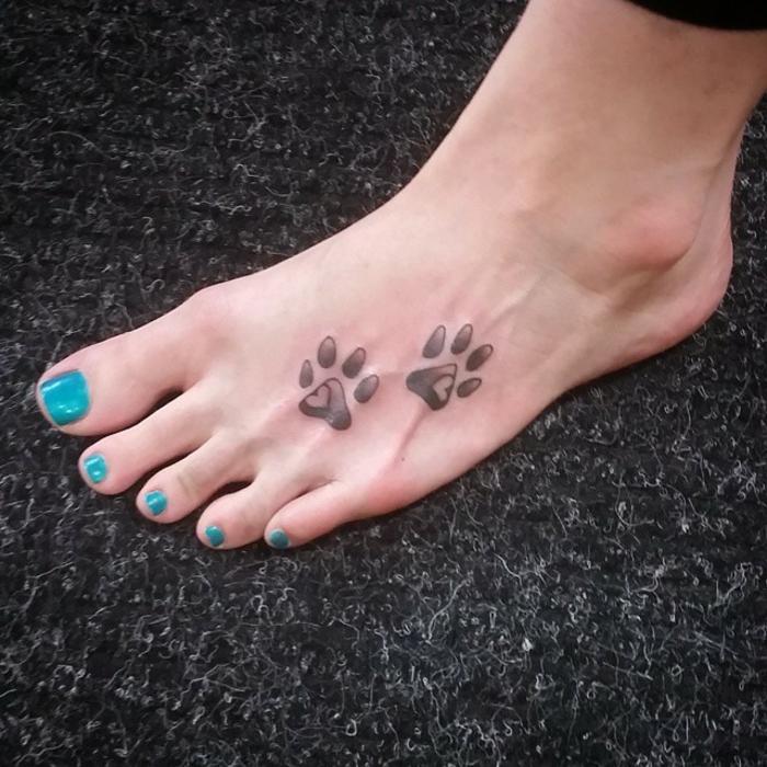 tatouage patte de chat, pattes de chien tatouées sur la plante des pieds