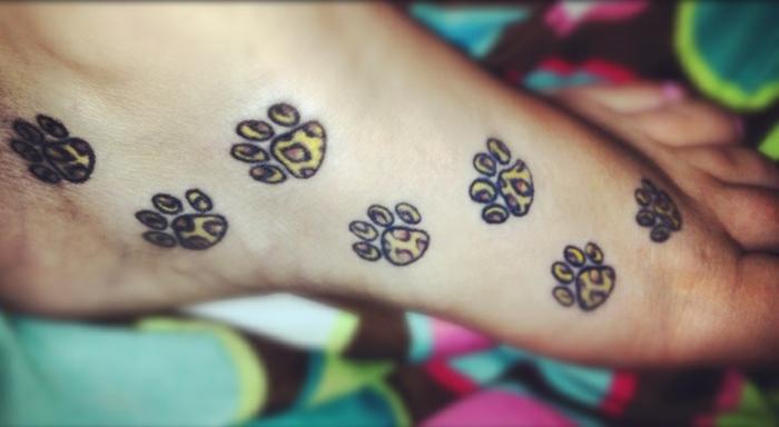 tatouage patte de chat, pattes de grand chat tatouées au pied, tatouage léopard
