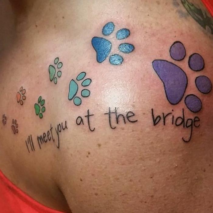 tatouage patte de chat, pattes animales tatouées à l'épaule d'une femme