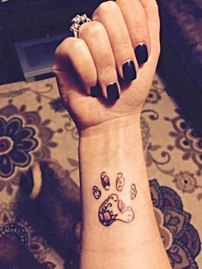 tatouage patte de chien, patte aux motifs floraux et vernis noir