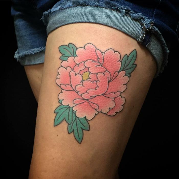 tatouage pivoine, pivoine tatouée à la cuisse en rose et vert, modèle tatouage floral
