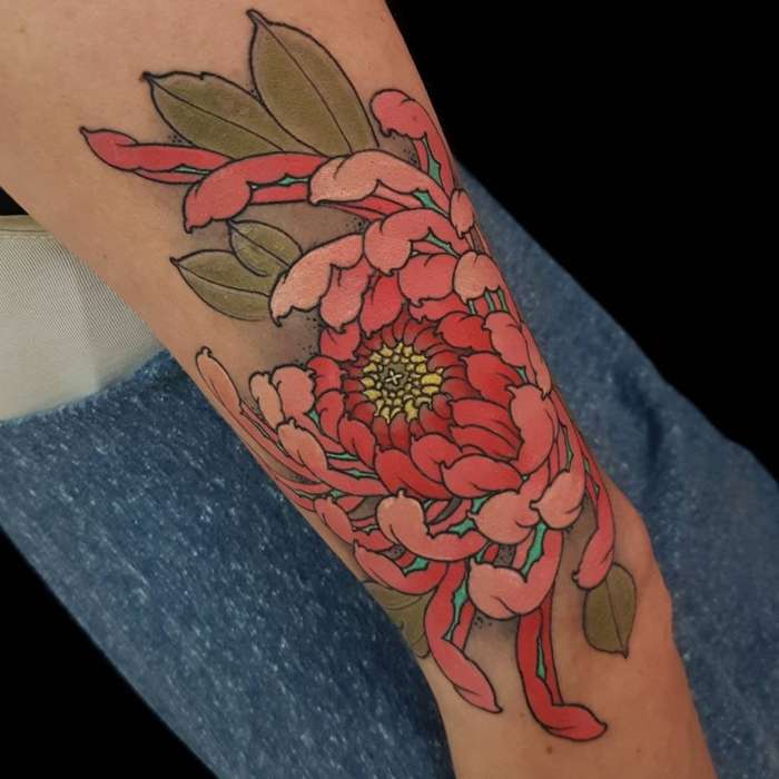 tatouage pivoine, pivoine rouge et rose, grande corolle tatouée au bras