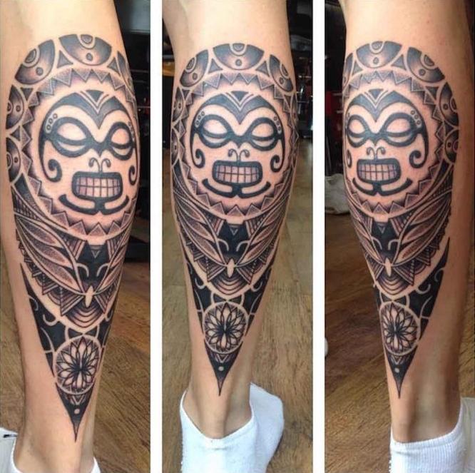 tatouage polynesien mollet homme masque tribal maorie sur la jambe
