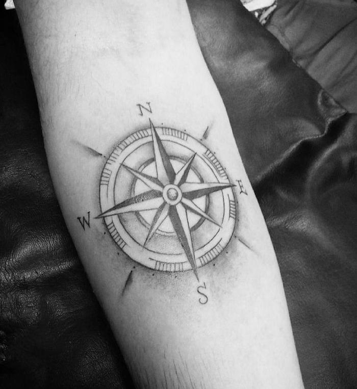 Homme tatouage avant bras rose des vents tatouage - Tatouage homme rose ...