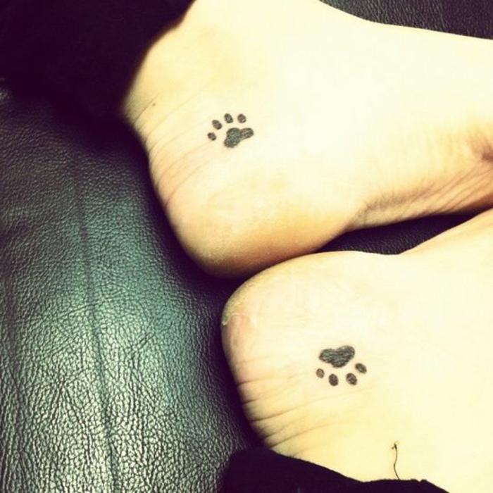 tatouage simple, patte de chat tatouage sur les deux pieds, tatouages symétriques
