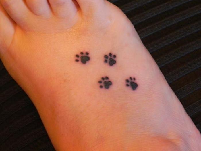 tatouage simple, trace de pattes sur le pied, tatouages originaux et petits