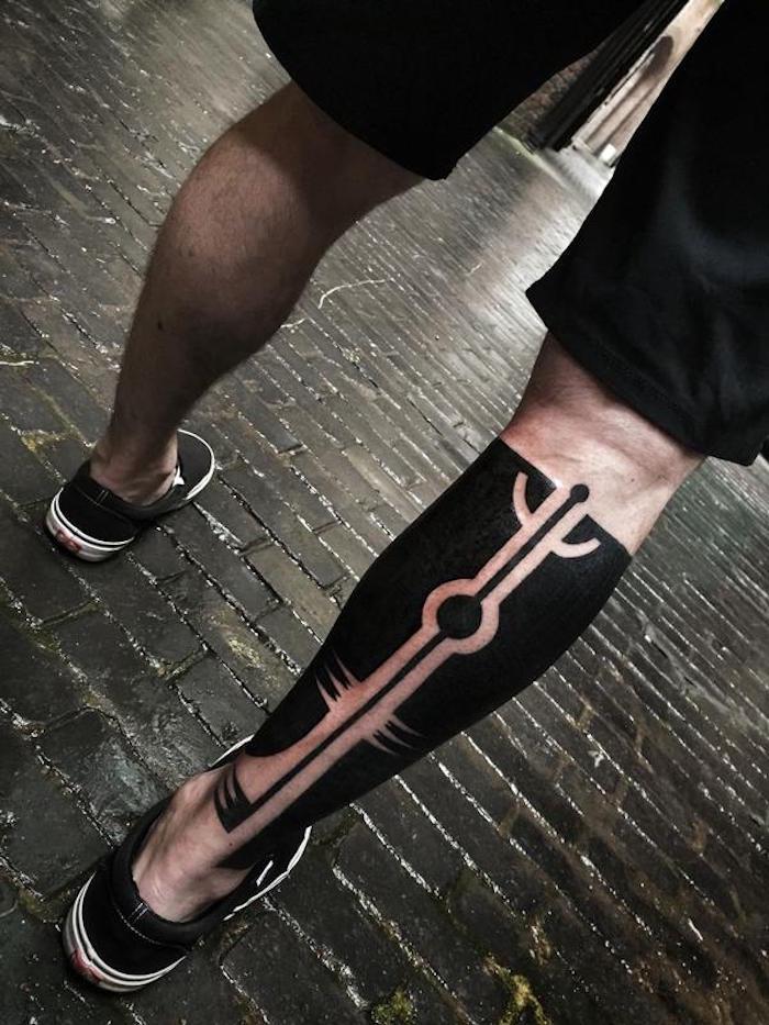 tatouage mollet entier noir pneu tattoo homme jambe