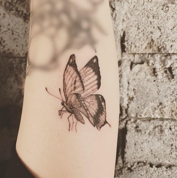 tatouage papillon, silhouette papillon sur la peau, tatouage pour femme et homme