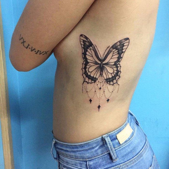 idée tatouage, shorts en denim, tatouage à design papillon bijoux, tatouage date sur le bras