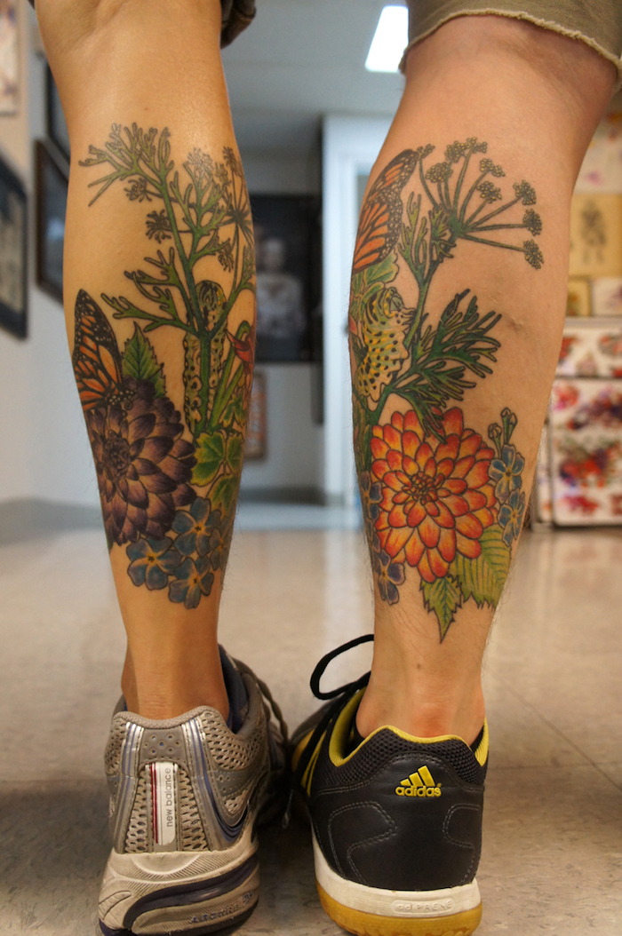 tatouage fleurs mollet homme modele de tatouage sur jambe en couleurs