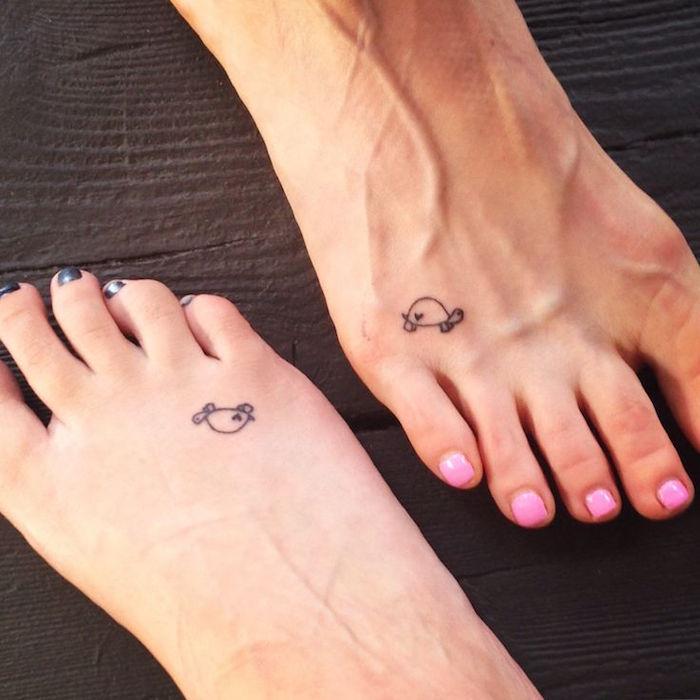 double tatouage au pied en commun tattoo couple amitié famille tortue fin