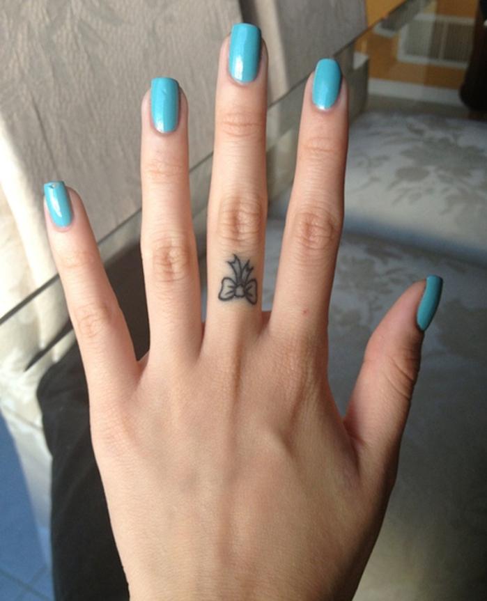 tatouage de mini noeud sur le doigt femme style motif sexy doigts