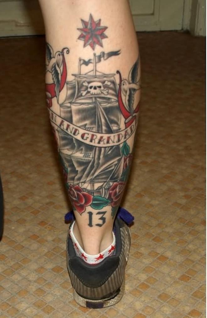 tatouage sur mollet bateau de pirate old school vintage