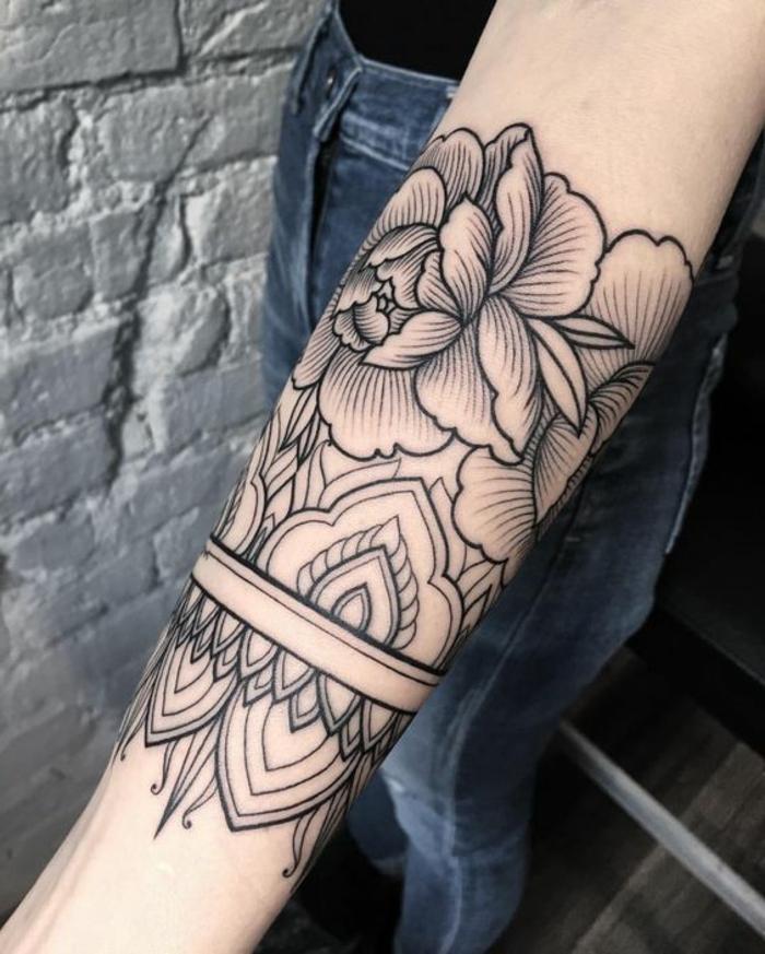 tattoo signification, fleur symbolique en Chine et au Japon, joli dessin en noir