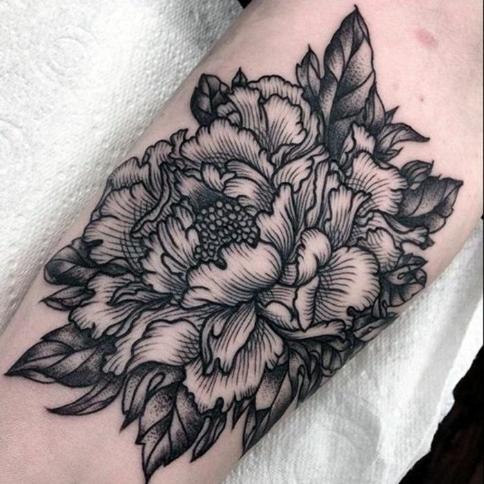 tattoo signification, tatouages motifs floraux, pivoine en noire design splendide
