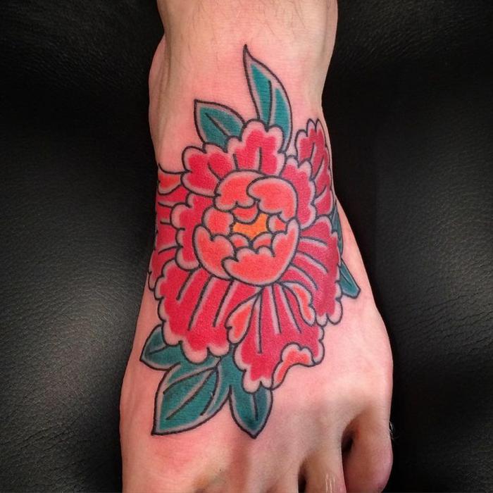 tattoo signification, pivoine rouge sur le pied, modèle tatouage floral original