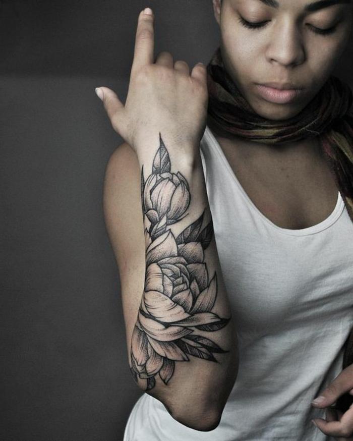 tattoo signification, beau tatouage avant-bras en encre noire, desgin mélancolique