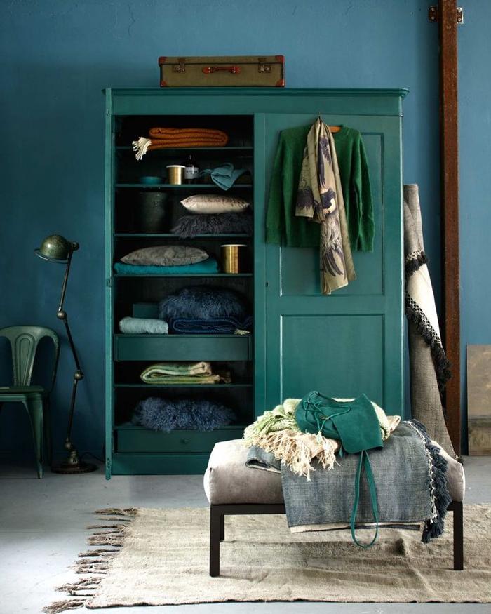 mélange du bleu paon et du vert dans l'intérieur pour un rendu chic, armoire vintage vert canard associé aux pièces industrielles