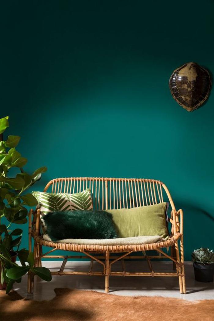 déco verte et nature pour un souffle rafraîchissant dans notre intérieur, coin de détente vert canard avec canapé en bambou