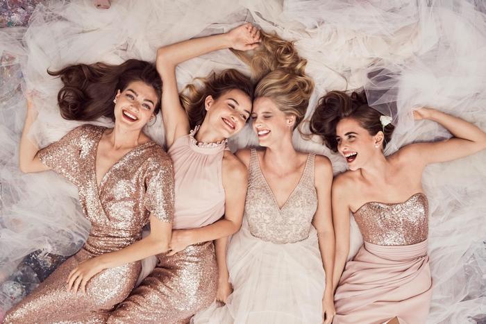 idée pour un mariage sur thème glamour, cortège nuptial en rose cendré et sequins