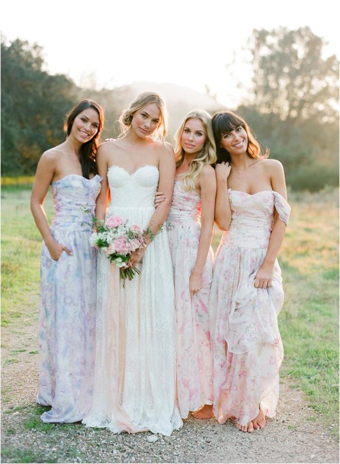 cortège nuptial de style bohème chic en robes bustier plissées