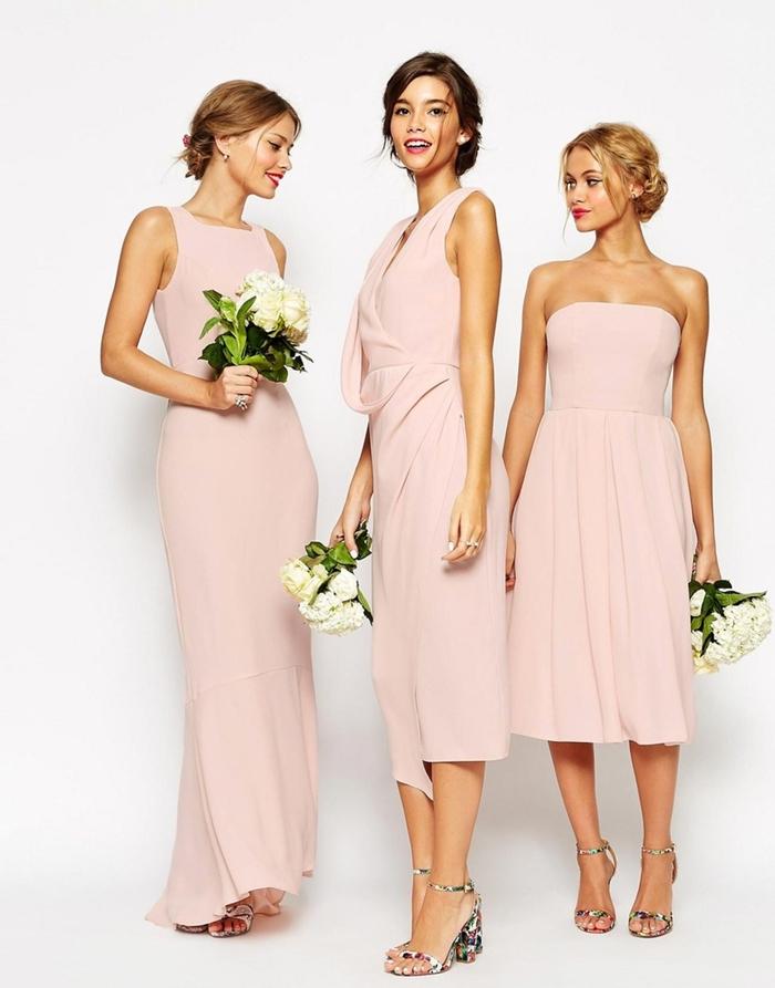 des robes de cérémonie élégantes et romantiques en rose nude associées à des sandales à motif floral